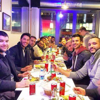 Münchner Muslime beim Essen